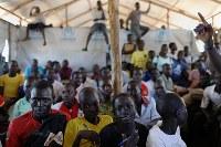 難民キャンプ内の学校では、授業終了後に開かれたディベート会場に、テントの教室からあふれるほどの大勢の子供たちが詰め掛けた=ウガンダ・ユンベで2018年4月6日、小川昌宏撮影