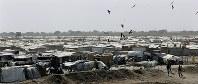 南スーダン国内最大の国連の避難民保護施設(POC)。白いテントが広がる=南スーダン・ベンチウで2018年4月18日、小川昌宏撮影