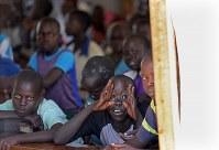 難民キャンプの小学校で、テントの教室でおどける子供たち=ウガンダ・ユンベで2018年4月6日、小川昌宏撮影