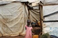 国内避難民の保護区で、カメラを見つめる少女=南スーダン・ジュバで2018年4月17日、小川昌宏撮影