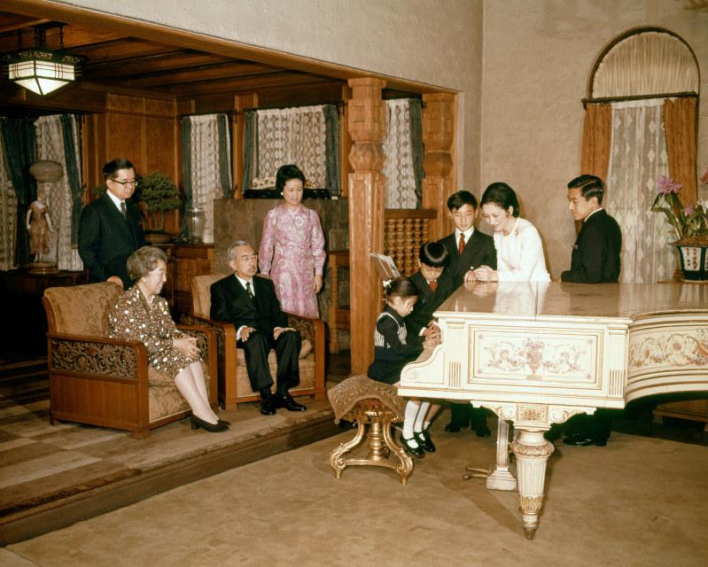 天皇、皇后両陛下(昭和天皇、香淳皇后)の前でピアノを弾く紀宮さま。写真左奥から常陸宮さま、常陸宮妃華子さま、ピアノを弾く紀宮さま、礼宮さま、浩宮さま、皇太子