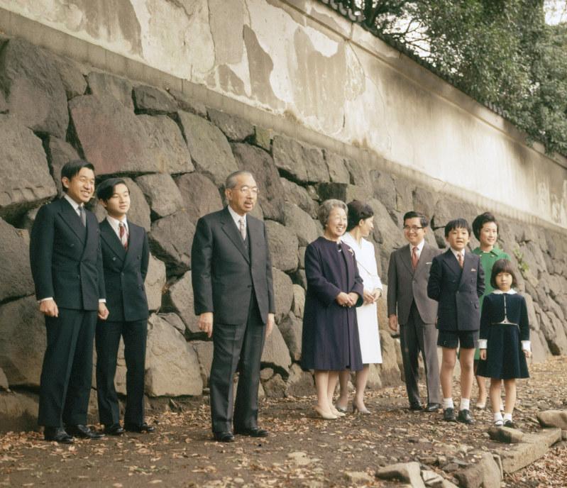 左から皇太子さま(平成の天皇陛下)、浩宮さま(平成の皇太子さま)、昭和天皇、香淳皇后、皇太子妃美智子さま(平成の皇后陛下)、常陸宮さま、礼宮さま(後の秋篠宮