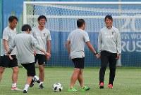 ベルギー戦の翌日、練習場で笑顔を見せる西野監督(右端)とコーチ陣=ロシア・カザンで2018年7月3日、長谷川直亮撮影
