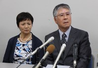 Nakako (left) and Taiki Terasawa, parents of the late Rikako Katagiri, speak after a settlement was reached over their daughter's death at the Sendai High Court on July 3, 2018, in Sendai, Miyagi Prefecture. (Mainichi)