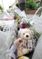 船戸結愛ちゃんが虐待され死亡した自宅のアパートには「ゆっくりあそんでね」と書かれたぬいぐるみが手向けられていた=東京都目黒区で2018年6月8日、玉城達郎撮影