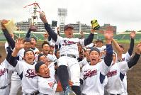 4年連続出場を決めて胴上げされる福岡市・西部ガスの香田監督=徳野仁子撮影