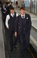 Japan's national soccer team goalkeeper Masaaki Higashiguchi, right, and midfielder Genki Haraguchi arrive at Narita International Airport in Narita, Chiba Prefecture, on July 5, 2018, after the team's elimination from the World Cup in Russia. (Mainichi)