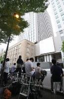 文科省局長の逮捕を受け、文部科学省の前に集まる多くの報道陣ら=東京都千代田区で2018年7月4日午後5時48分、宮武祐希撮影