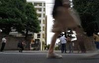 受託収賄の容疑で文科省局長が逮捕され、局長の子供の不正入学が疑われている東京医科大=東京都新宿区で2018年7月4日午後6時44分、手塚耕一郎撮影