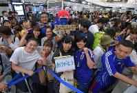 サッカー日本代表の選手たちを迎えようと到着ロビーに詰めかけた大勢のファン=成田空港で2018年7月5日午前9時47分、手塚耕一郎撮影