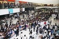日本代表の選手たちを待ち構える多くのサポーターと報道陣ら=成田空港で2018年7月5日午前10時14分、玉城達郎撮影