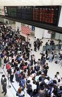日本代表の選手たちを待ち構える多くのサポーターと報道陣ら=成田空港で2018年7月5日午前9時54分、玉城達郎撮影
