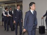 サッカーW杯を終え、ロシアから帰国したサッカー日本代表の(右から)香川、東口、吉田、原口=成田空港で2018年7月5日午前11時4分、藤井達也撮影
