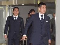 ロシアから帰国したサッカー日本代表の川島(右)と長谷部=成田空港で2018年7月5日午前11時4分、藤井達也撮影