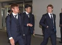 サッカーW杯を終え、ロシアから帰国したサッカー日本代表の(左から)乾、山口、酒井高=成田空港で2018年7月5日午前11時4分、藤井達也撮影