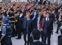 ロシアから帰国しサポーターに迎えられるサッカー日本代表の長友(中央)、槙野(右)ら選手たち=成田空港で2018年7月5日午前11時15分、手塚耕一郎撮影