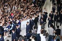 W杯ロシア大会から帰国した日本代表の選手たち=成田空港で2018年7月5日午前11時15分、玉城達郎撮影