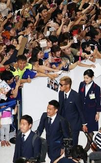 W杯ロシア大会から帰国した本田(中央)ら日本代表の選手たち=成田空港で2018年7月5日午前11時15分、玉城達郎撮影