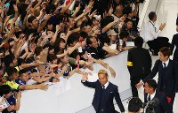 W杯ロシア大会から帰国した長友(中央下)ら日本代表の選手たち=成田空港で2018年7月5日午前11時15分、玉城達郎撮影