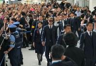 W杯を終えてロシアから帰国し、サポーターに迎えられるサッカー日本代表の本田(中央)ら選手たち=成田空港で2018年7月5日午前11時15分、手塚耕一郎撮影