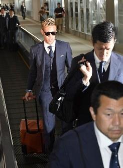 サッカーW杯を終え、ロシアから帰国したサッカー日本代表の本田(左)、植田(右)選手ら=成田空港で2018年7月5日午前11時6分、藤井達也撮影