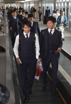 サッカーW杯を終え、ロシアから帰国したサッカー日本代表の柴崎(左)、遠藤選手ら=成田空港で2018年7月5日午前11時6分、藤井達也撮影
