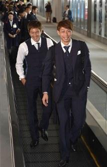 サッカーW杯を終え、ロシアから帰国した日本代表の東口(右)と原口=成田空港で2018年7月5日午前11時5分、藤井達也撮影
