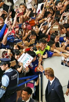 W杯ロシア大会から帰国し、サポーターらの声援に手を振り応える本田(右下)=成田空港で2018年7月5日午前11時15分、玉城達郎撮影