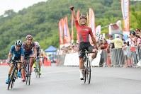 スプリントを制した窪木一茂(チームブリヂストンサイクリング )が今季2勝目=JBCF提供