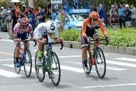 レース後半に入り、山本大喜(KINAN Cycling Team)、雨澤毅明(宇都宮ブリッツェン)、谷順成(VICTOIRE広島)の3人が逃げる=JBCF提供