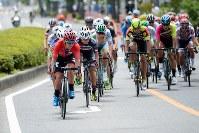 レース序盤、ルビーレッドジャージの窪木一茂(チームブリヂストンサイクリング )自ら集団の先頭に立つ=JBCF提供