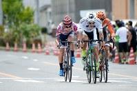 アジアチャンピオンジャージを着る山本大喜(KINAN Cycling Team)を先頭に行く先頭集団=JBCF提供