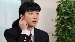 就職面接で右耳は聞こえることを説明する鈴愛=NHK提供
