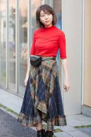 ウエストポーチをつけた女性=日本ファッション協会提供