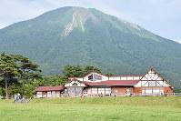 「大山まきばみるくの里」から壮大な大山を望む=鳥取県伯耆町小林で、南迫弘理撮影