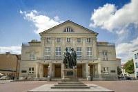 ドイツ国民劇場の外観。正面に立つのはゲーテとシラーの銅像(Foto_Thomas Mueller)