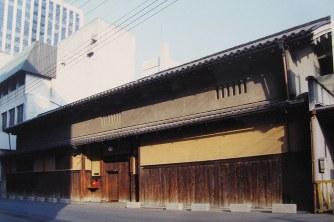 大阪市中央区に1980年まで残っていた鴻池本邸の長屋門。現在は奈良市に移築されている=大阪美術倶楽部提供