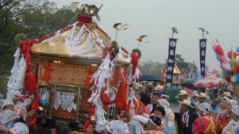 山梨県竜王町(当時)の信玄堤公園で行われた恒例のお祭り「御幸祭(おみゆきさん)」=2003年4月15日、吉見裕都撮影