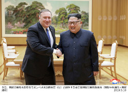 朝鮮労働党本部庁舎で、ポンペオ米国務長官(左)と握手する金正恩・朝鮮労働党委員長=2018年5月9日(朝鮮中央通信・朝鮮通信)