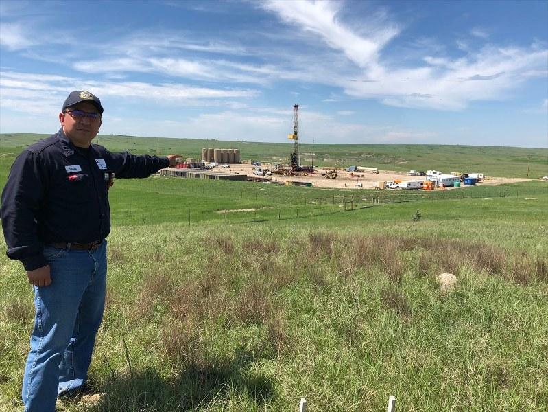 シェールオイルを採掘するため、地中に水や薬剤を注入する現場=米中西部ノースダコタ州ウィリストン近郊で2018年6月、清水憲司撮影