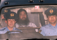 AUM Shinrikyo cult founder Chizuo Matsumoto, also known as Shoko Asahara, is transferred to the Metropolitan Police Department after questioning at the Tokyo District Court on June 16, 1995. He was arrested on suspicion of murder with his followers on May 16, 1995. (Mainichi)