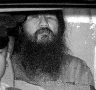 AUM Shinrikyo cult founder Chizuo Matsumoto, or Shoko Asahara, who was arrested on suspicion of murder with his followers on May 16, 1995, is transferred to Metropolitan Police Department after questioning at the Tokyo District Court on September 8 of the same year. (Mainichi)