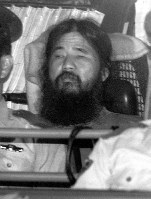 AUM Shinrikyo cult founder Chizuo Matsumoto, also known as Shoko Asahara, who was arrested on suspicion of murder with his followers on May 16, 1995, is transferred to the Metropolitan Police Department after questioning at the Tokyo District Court on September 25 of the same year. (Mainichi)