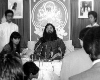 AUM Shinrikyo cult founder Chizuo Matsumoto, also known as Shoko Asahara, appears with his followers at AUM Shinrikyo's Tokyo headquarters in the capital's Suginami Ward to speak about allegations the cult faced, on Oct. 30, 1990. (Mainichi)