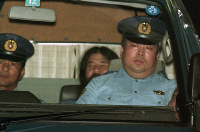 AUM Shinrikyo cult founder Chizuo Matsumoto, or Shoko Asahara, leaves the Metropolitan Police Department to go through the proceedings for the disclosure of the reason for detention at the Tokyo District Court after he was served with a fresh arrest warrant for the 1989 murders of lawyer Tsutsumi Sakamoto and his family, on Sep. 8, 1995. Matsumoto had already been indicted on a separate murder case. His death sentence was finalized in 2006. (Mainichi)