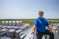 「プリファード・ポップコーン」社のノーム・クルーグ会長。社屋の屋上からは広大なトウモロコシ畑が見渡せる=米中西部ネブラスカ州セントラルシティーで7月2日、ルーベン・モナストラ撮影
