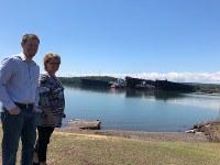 鉄鉱石の運搬船が次々にやってくる状況を喜ぶ地元市長のクリス・スワンソンさん(左)=米中西部ミネソタ州ツーハーバーズで2018年6月27日、清水憲司撮影