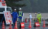 大雨で桂川が増水し、渡月橋は通行禁止になった=京都市右京区で2018年7月5日午後6時41分、川平愛撮影
