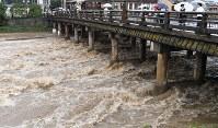 大雨で増水した鴨川=京都市の三条大橋で2018年7月5日午後0時37分、川平愛撮影
