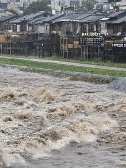 大雨で増水した鴨川=京都市東山区で2018年7月5日午後1時8分、川平愛撮影